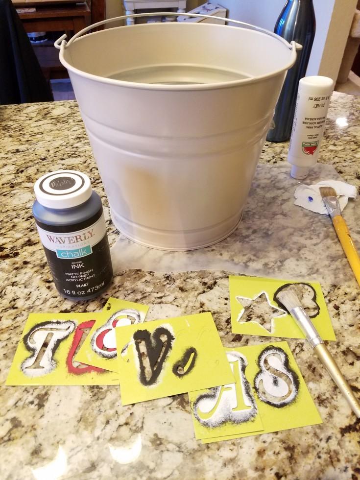 Galvanized Bucket Makeover to Texas Flag Planter #Galvanized #Bucket #Planter #Upcycled #diy MixedKreations.com