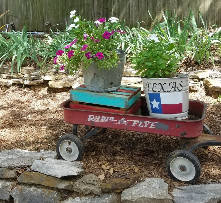 Galvanized Bucket Makeover to Texas Flag Planter #Galvanized #Bucket #Planter #Upcycled #diy MixedKreations.com